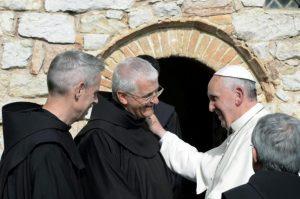 """Francisco invita a """"rezar de rodillas al Dios de la paz"""""""