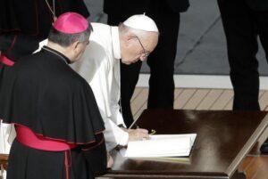 """""""Todos los sacerdotes podrán seguir absolviendo el aborto"""""""
