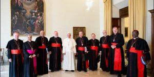 El Papa sonríe en respuesta a carteles y ruido de unos pocos que intentan parar las reformas