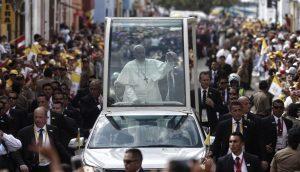 Francisco a los religiosos: no sean profesionales de lo sagrado alejados de su pueblo