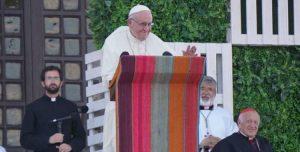 """Francisco a los jóvenes: La Iglesia los necesita  """"para que nos muevan el piso si estamos instalados"""""""