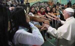 """Francisco visita por primera vez un penal de mujeres: """"La dignidad no se toca a nadie"""""""