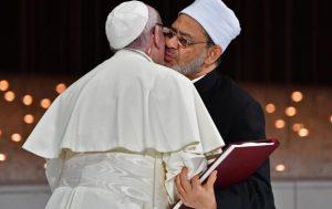 Papa Francisco y el Gran Imán de Al-Azhar firman documento por la paz y lo sellan con un beso