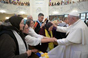 Francisco en Rumania beatificó a siete obispos y pidió perdón a los gitanos