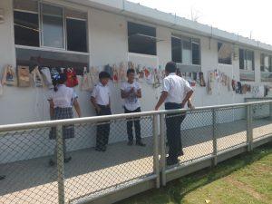 Alumnos presentando las bolsas de tela en Aucayacu.