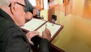 Monseñor Luis Bambarén firma Pacto Ético Electoral y pide a candidatos preocuparse por el Perú