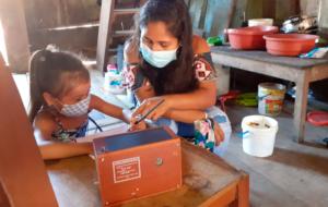 Loreto: Vicariato de Iquitos dota de 1 200 radios solares para el aprendizajes de niños indígenas